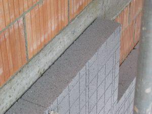 Außenwand aus porosierten Ziegelsteinen plus 16 cm Schaumpolystyrol