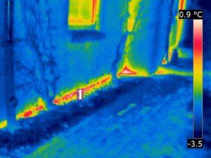 Thermogramm: Gut wärmegedämmtes Gebäude mit stirnseitig schwach gedämmter Bodenplatte