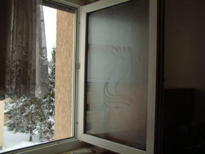 Beim Lüften mit weit geöffneten Fenstern kommt es bei erhöhter Raumluftfeuchtigkeit zum Betauen der Scheiben von außen