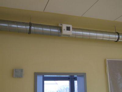 CO<sub>2</sub> geregelte Abluftanlage in den Klassenräumen eines Schulgebäudes