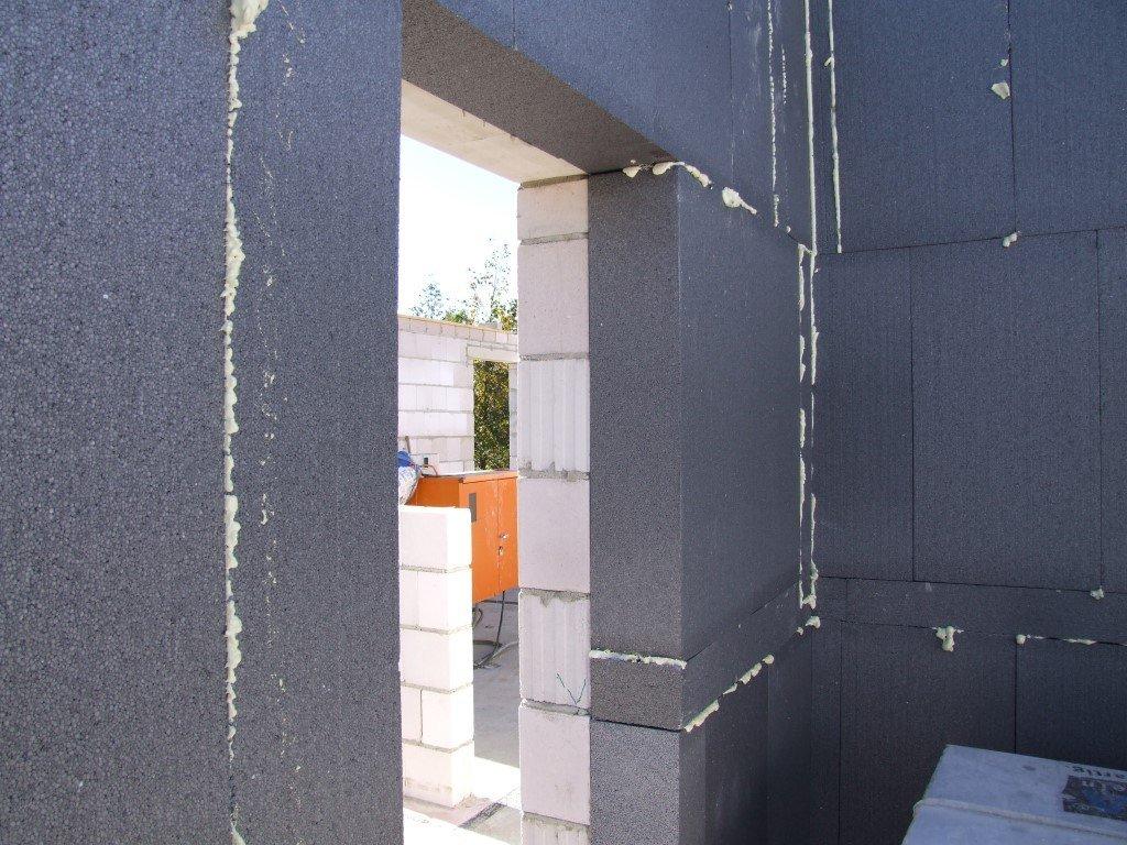 Wärmespeichende Wand (Kalk-Sand-Stein) innen und 20 cm Dämung außen