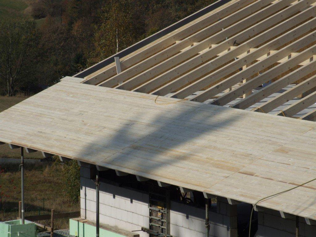 Verlegung des Unterdaches aus Brettschalung, über die eine Bitumenbahn verlegt wird