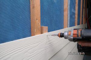 Anschrauben von Faserzementplatten als Wetterschutzschale