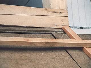 Bei Stärken unter 4 cm besteht die Gefahr, dass die Nut-Feder-Verbindungen der Holzfaser-Dämmplatten vom Dachdecker aufgetreten werden.