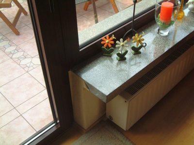 Bis nach außen reichende, nicht thermisch getrennte Fensterbank aus Granit