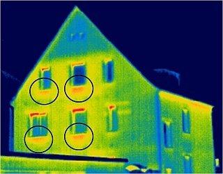 Thermogramm mit wärmeren Oberflächen durch Heizkörper