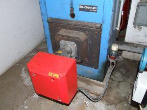 veralteter Standard-Heizkessel einer Öl-Heizung