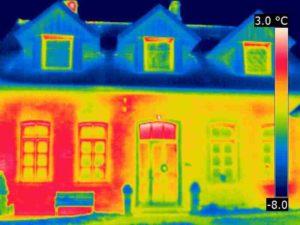"""Typisches Wärmebild eines zweischaligen Hohlwandmauerwerkes mit """"Wolken"""" und """"Fahnen"""""""