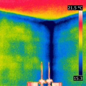 Thermogramm einer sehr kalte Raumecke im Winter mit starker Luftbewegung
