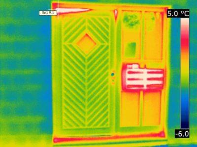 Wärmebild einer Haustür mit Luftundichtheiten an der Einwurfanlage und an der Tür oben