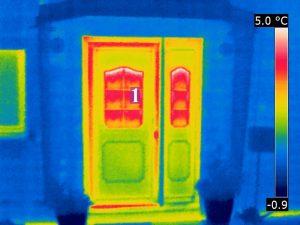 Wärmebild einer Haustür mit energetisch schwacher Verglasung/Rahmen