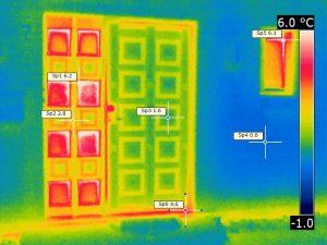 Wärmebild einer Haustür mit ergänzender Festverglasung