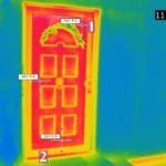 Thermogramm einer Haustür mit sehr schwacher Dämmwirkung des Türblattes