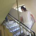 Transport von Verbundplatten durch das Treppenhaus