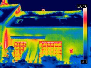Thermogramm der abströmenden Warmluft im Dachgeschoss