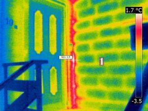 Luftundichtheit an einer Hauseingangstür (Hochlochziegel)