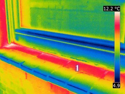 Wärmebrücke: Fensterbank aus Ziegeln, die bis unter den Rahmen reichen