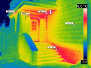 Treppenanlage vor schwach gedämmter Kellerwand