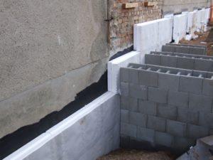 Nachträgliche Perimeterdämmung und separat gestellter Unterbau für Treppenanlage