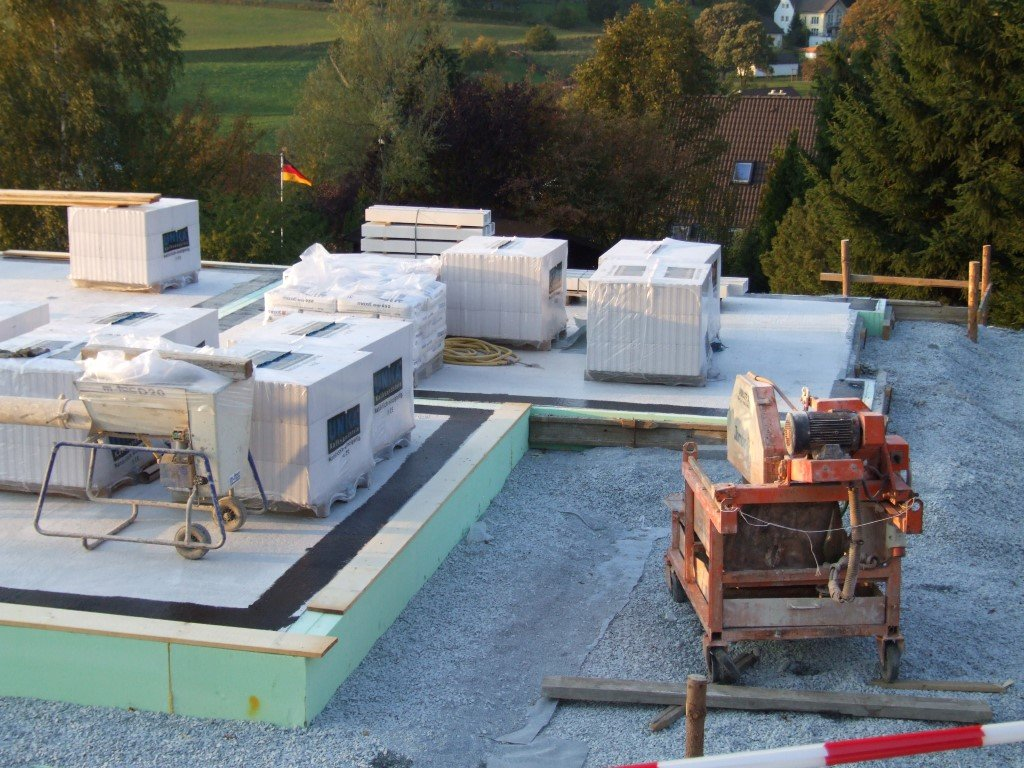 Vorbereitung des Aufbaus einer zweischaligen Wandkonstruktion mit Kalk-Sand-Stein und WDVS