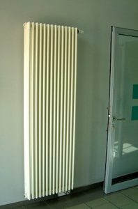 Röhrenradiator neben einer Terrassentür