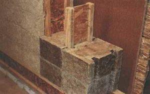 Stroh-Leichtlehmsteine in einer Holzständerwand