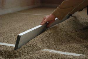 Abziehen mineralisierter Holzspäne, Foto: Cemwood GmbH