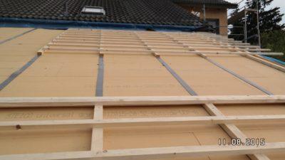 Besteht keine Einschränkung bezüglich der Höhe des gedämmten Daches können für die Aufdachdämmung auch Holzfaserdämmplatten verwendet werden. Durch die höhere Wärmeleitfähigkeit der Holzfaserdämmplatte (Lambda ca. 0,04 W/mK) muss, um die gleiche Wirkung wie mit PU-Schaum zu erzielen, mit einem etwa 40 % dickeren Aufbau gerechnet werden. Der Vorteil der Holzfaserplatten liegt vor allem in der höheren Dichte, was zu einem langsamerem Aufheizvorgang führt - die thermische Behaglichkeit im Sommer ist also besser. Bevor man sich für Holzfaserdämmplatten entscheidet, ist wegen des höheren Gewichtes ein Statik-Ingenieur zu Rate zu ziehen.