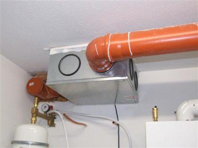 Lüfterbox an der Decke im Technikraum während der Bauphase