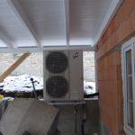 Wärmetauscher einer Luft-Wasser-Wärmepumpe in Außenaufstellung