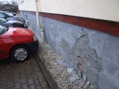 Schadensbild einer Mauerwerksdurchfeuchtung, Ursache: Rohrleitungsdefekt WC