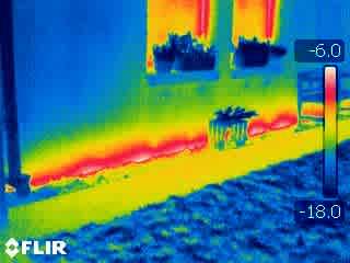 Thermogramm eines Hauses mit Fußbodenheizung