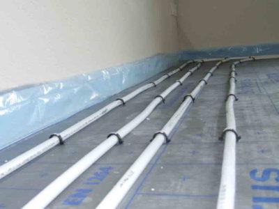 Rohrleitung einer Fußbodenheizung auf der Dämmebene