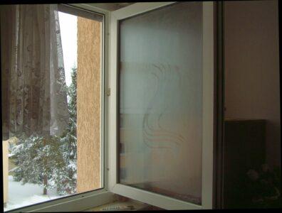 Kondensatbildung auf der äußeren Fensterscheibe nach Öffnen des Fensters