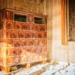 Ältere Kachelofenluftheizung in einem Abrisshaus