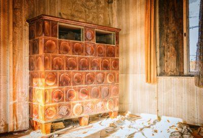 Ältere Kachelofenluftheizung in einem Abrisshaus (Bild von Peter H. auf pixabay.com)